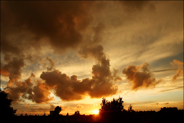 Avondlucht, zonsondergang boven Rotterdam
