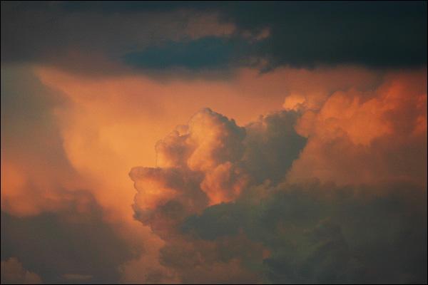 Wolken in avondlucht boven Rotterdam