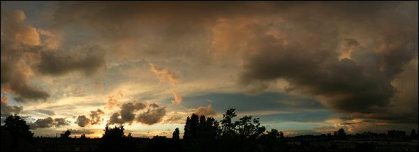 Avondlucht panorama boven Rotterdam
