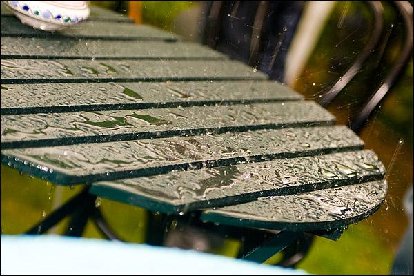 Regen druppels spetteren op tafel