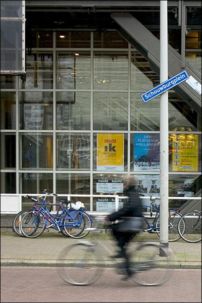Vrouw op fiets bij Schouwburgplein Rotterdam