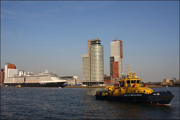 Cruiseschip Eurodam (Holland America Line) aangemeerd op de Kop van Zuid