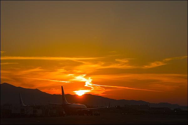 Zonsondergang vliegveld Heraklion Kreta
