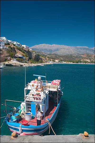 Visser in de haven van Agia Galini, Kreta