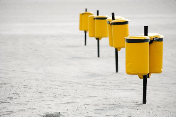 Vuilnisbakken op het strand van Hoek van Holland