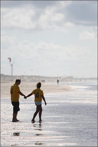 Hand in hand op het strand (Wijk aan Zee)