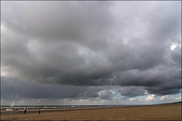 Dreigende lucht op strand Wijk aan Zee