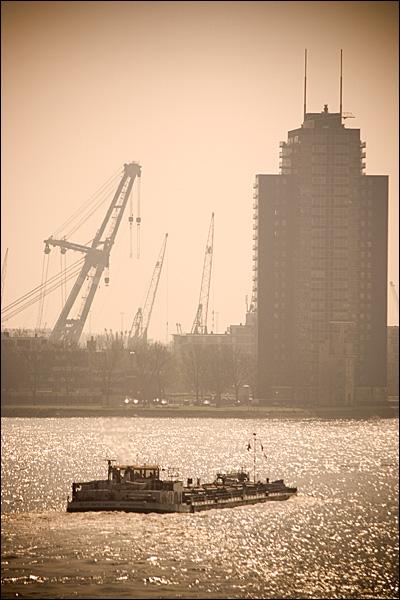 Diepgeladen binnenvaartschip op de Maas in Rotterdam