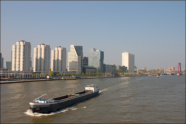 Uitzicht over de Maas en Boompjes vanaf de Erasmusbrug