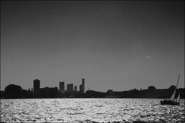 Skyline Rotterdam, zeilboot op de Kralingse Plas