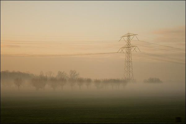 Hoogspanningsmast in polder landschap