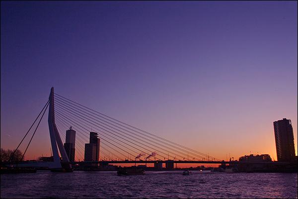 Erasmusbrug bij zonsondergang